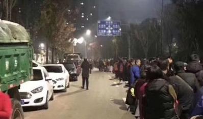 限价政策致一二手房价格倒挂 南京近万人排队抢房