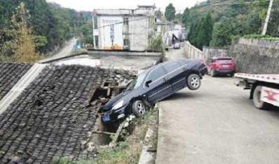 实习司机把车开上房顶 房主索赔4万否则不准拖车